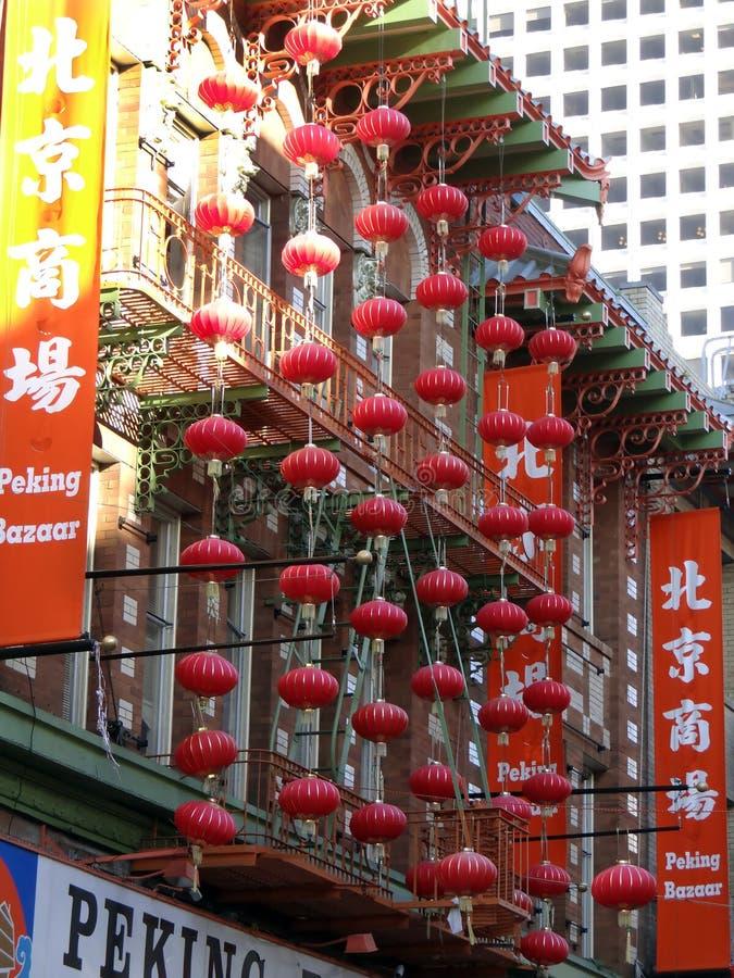 五颜六色的红色中国灯笼在北京义卖市场前面的唐人街在旧金山,加利福尼亚 免版税库存图片