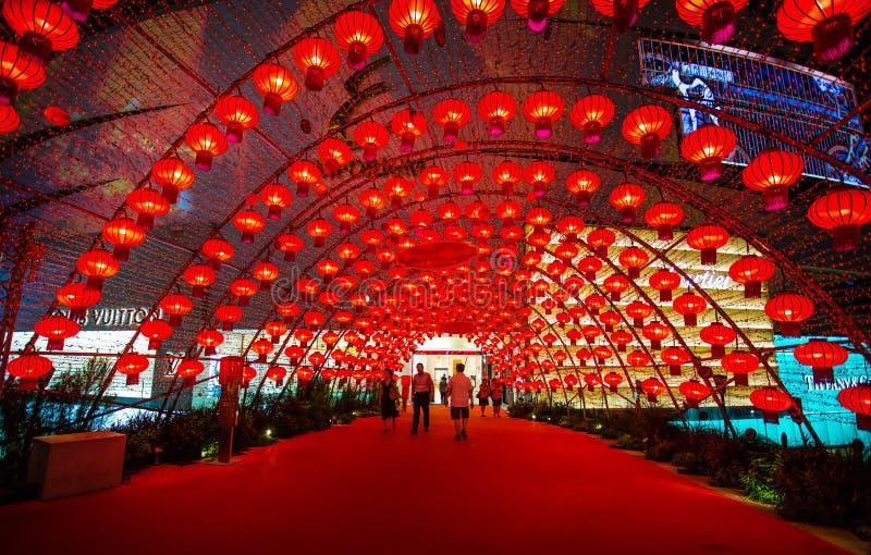 五颜六色的红色中国灯笼在Bts天空火车站Phrom Phong,曼谷泰国发光新年,垂悬为装饰, 库存图片