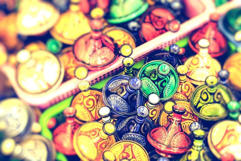 五颜六色的纪念品在街道上的待售在一家商店在摩洛哥 免版税图库摄影