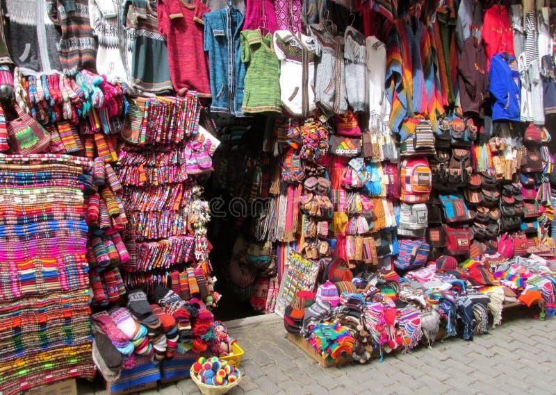 五颜六色的纪念品市场在南美 库存照片