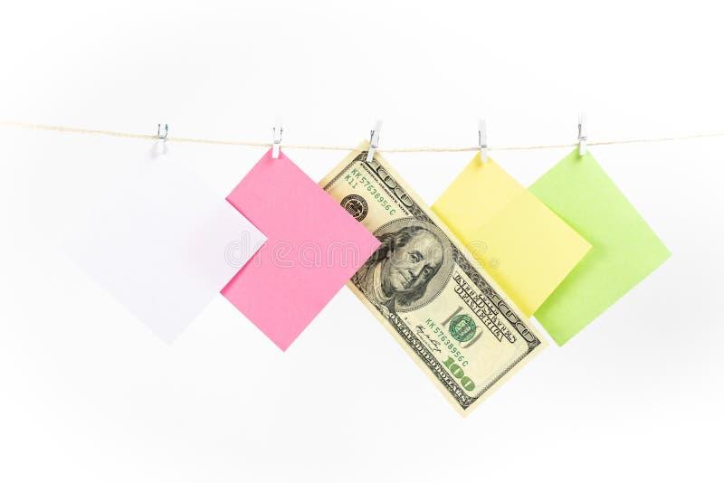 五颜六色的纸牌和在白色背景隔绝的金钱垂悬的绳索 库存照片
