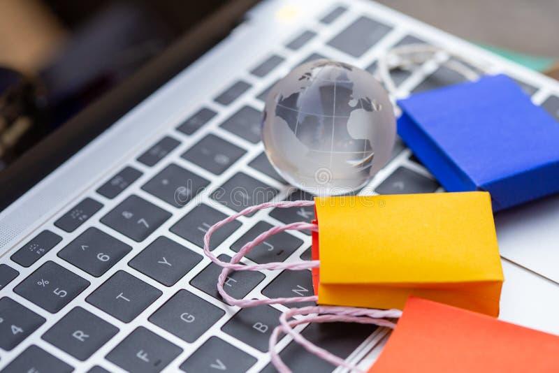 五颜六色的纸购物带来从拷贝空间的浮动键盘去下来 免版税库存照片