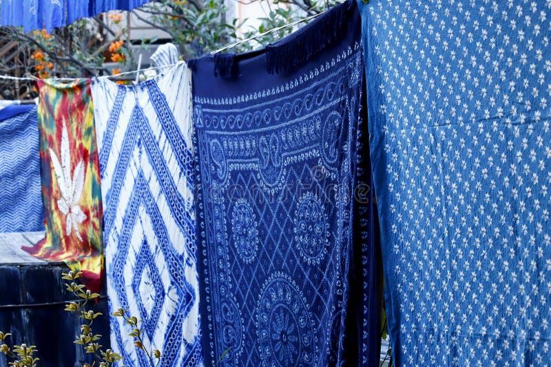 五颜六色的织品在西周延长在阳光下,云南,中国村庄  免版税库存图片
