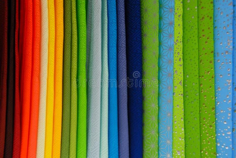 五颜六色的织品彩虹行垂直 免版税库存图片