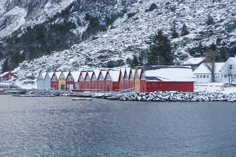 五颜六色的经典挪威人Rorbu渔小屋在Alnes 免版税库存图片