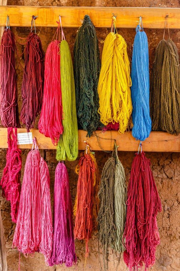 五颜六色的羊魄羊毛,烘干在墙壁上,秘鲁 库存照片