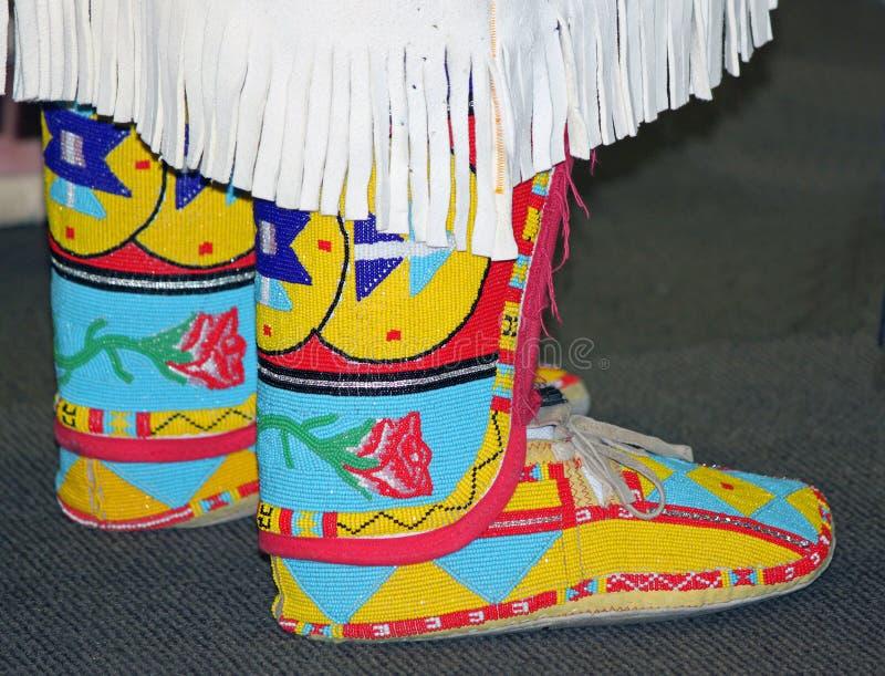 五颜六色的美国本地人串珠的鹿皮鞋 免版税库存图片