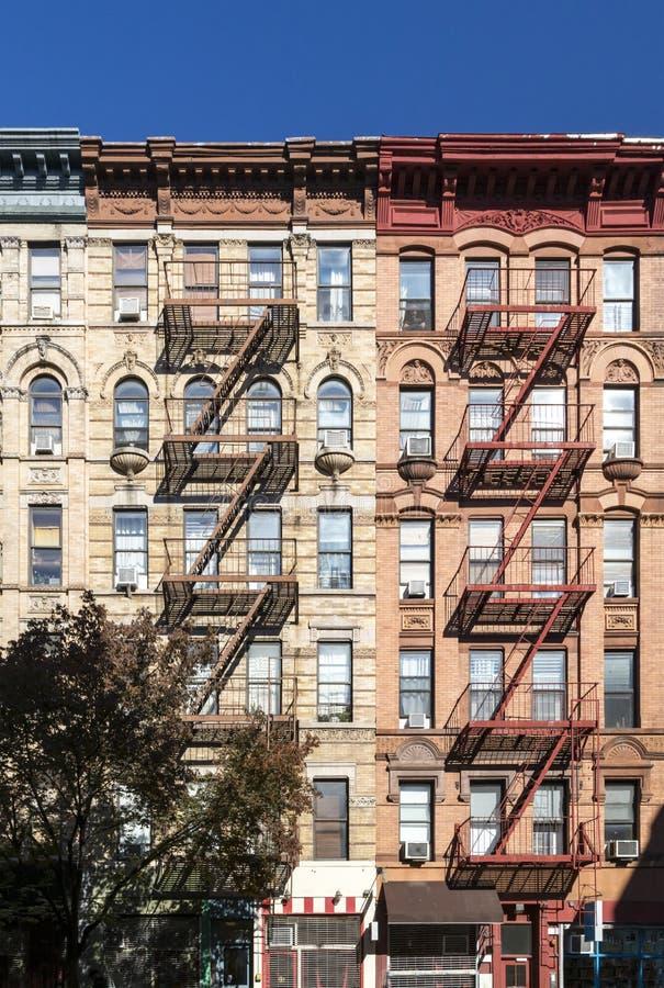 五颜六色的老公寓在纽约有天空蔚蓝背景 免版税库存图片
