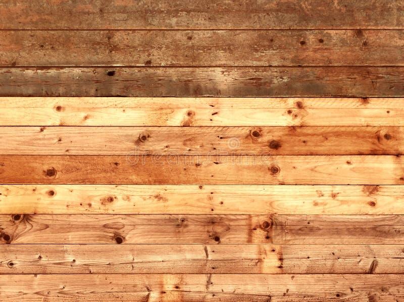 五颜六色的老土气木板条墙壁或地板与富有的褐色的委员会由被重复利用的木材制成 库存图片