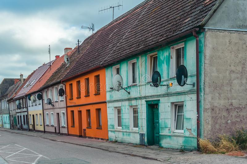 五颜六色的老廉价公寓在达尔沃沃 免版税库存照片