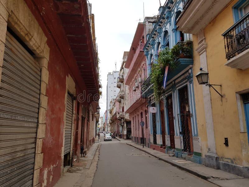 五颜六色的老房子在城市哈瓦那古巴 免版税图库摄影