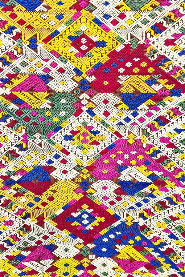 五颜六色的老挝丝绸手工造秘鲁由自然材料化学制品自由分类做的样式地毯表面老葡萄酒被撕毁的保护 免版税图库摄影