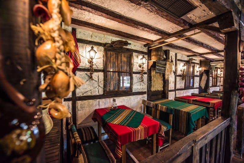 五颜六色的老牌巴尔干餐馆 免版税库存照片