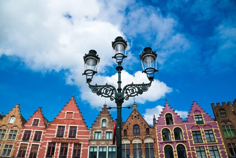 五颜六色的老砖房子在集市广场在布鲁日,比利时老镇  库存照片