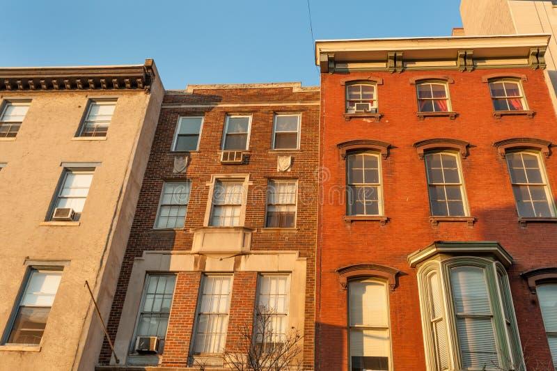 五颜六色的老连栋房屋 库存照片