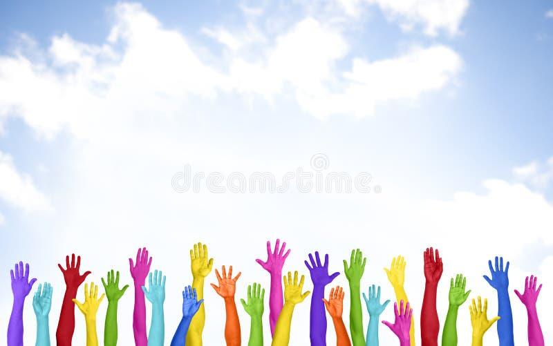 五颜六色的胳膊被上升的志愿拷贝空间幸福概念 库存照片