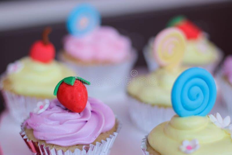 五颜六色的花卉题材生日杯形蛋糕特写镜头 免版税图库摄影