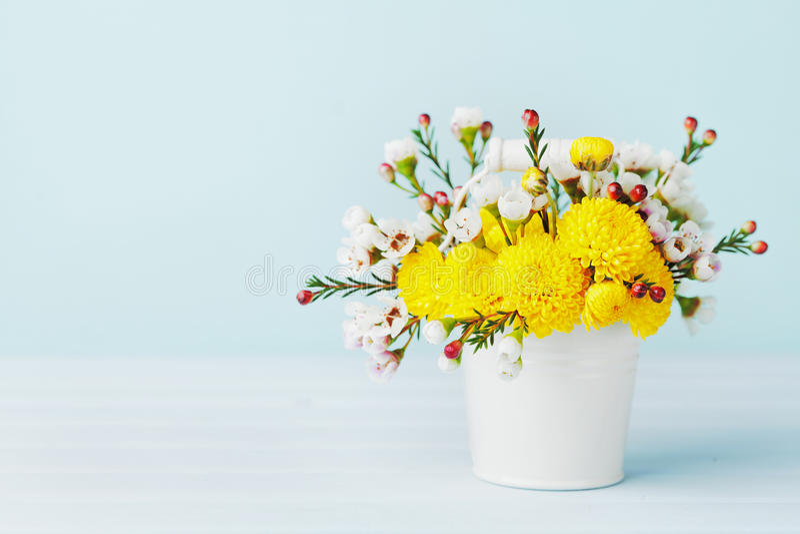五颜六色的花春天花束在白色桶的在绿松石背景 免版税库存图片