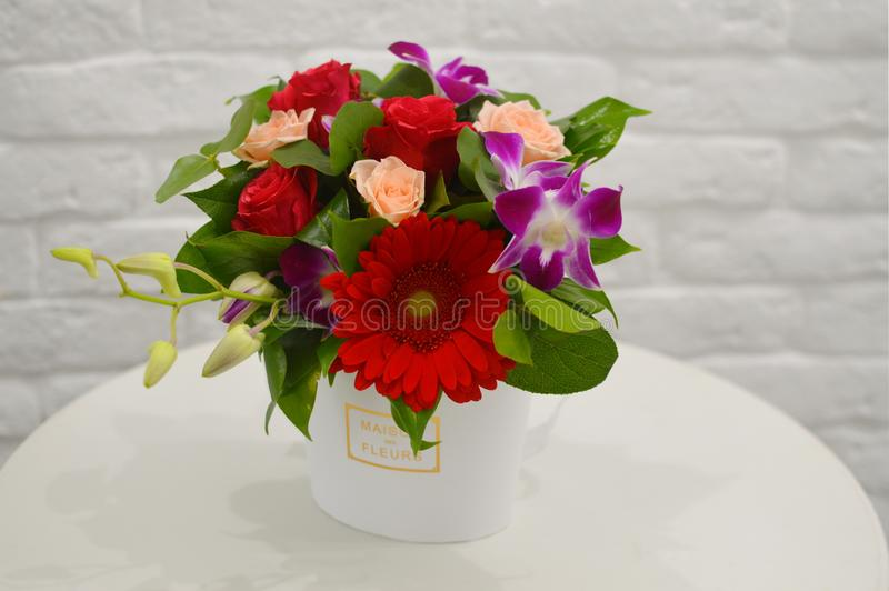 五颜六色的花美丽的花束在白色背景关闭的 免版税库存图片