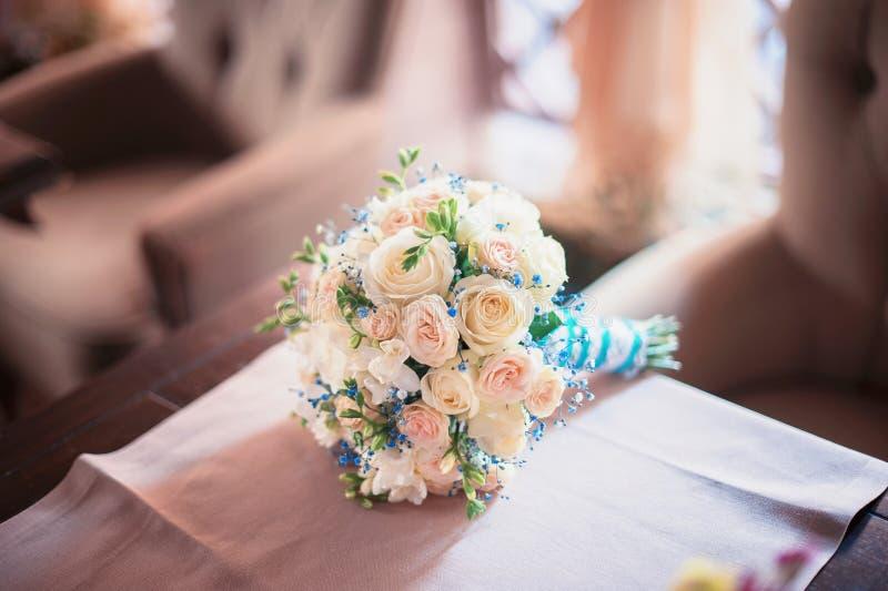 五颜六色的花,装饰美丽的婚礼花束,为婚礼做准备 免版税库存照片