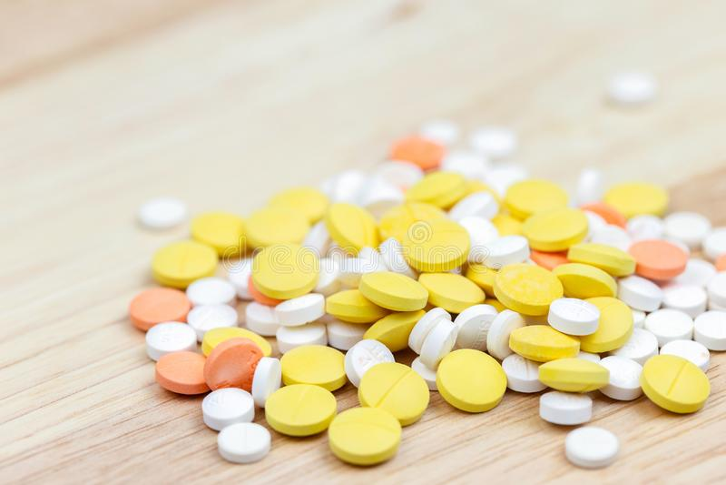 五颜六色的药片和药物在关闭 被分类的药片和药物在医学 阿片样物质和处方疗程瘾流行病 免版税库存图片