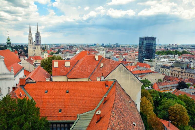 五颜六色的萨格勒布屋顶和地平线  免版税库存照片