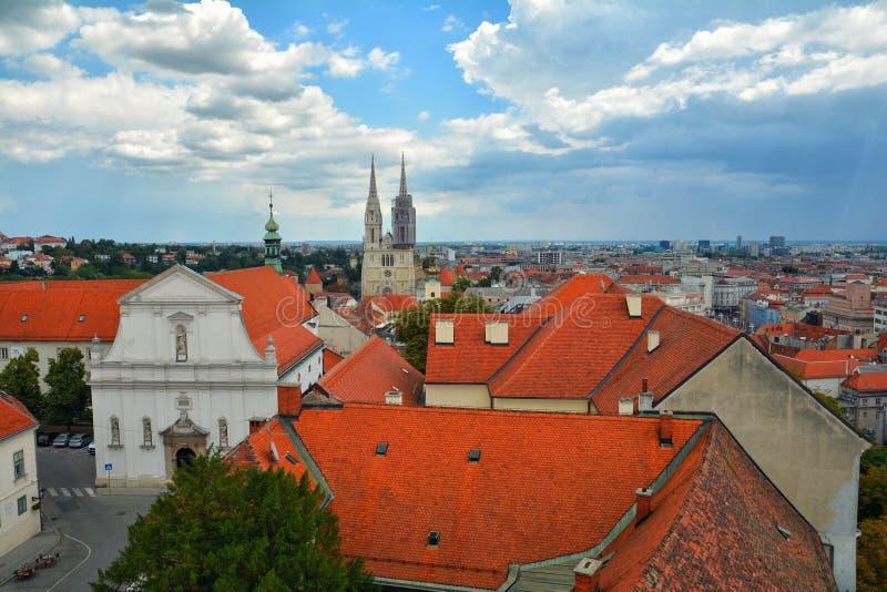 五颜六色的萨格勒布屋顶和地平线  库存照片