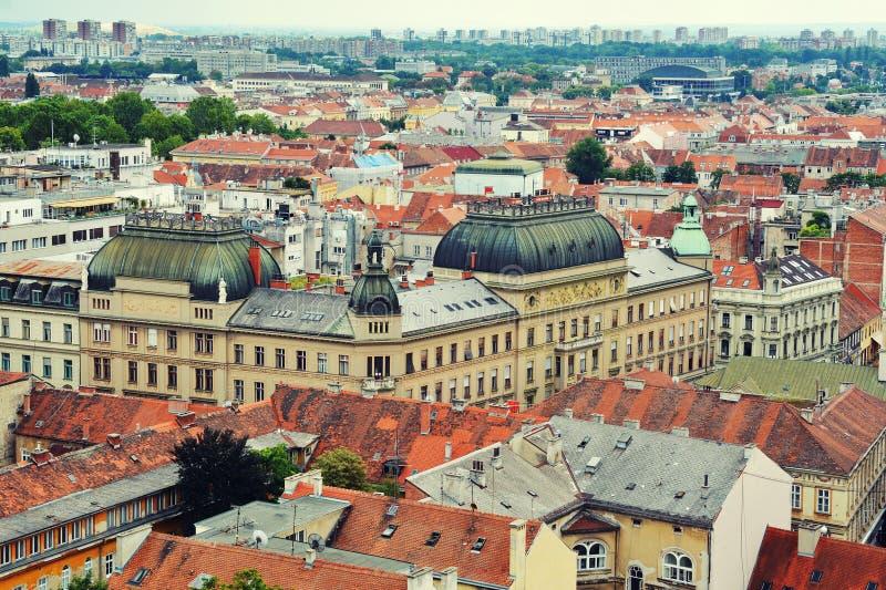 五颜六色的萨格勒布屋顶和地平线  免版税库存图片