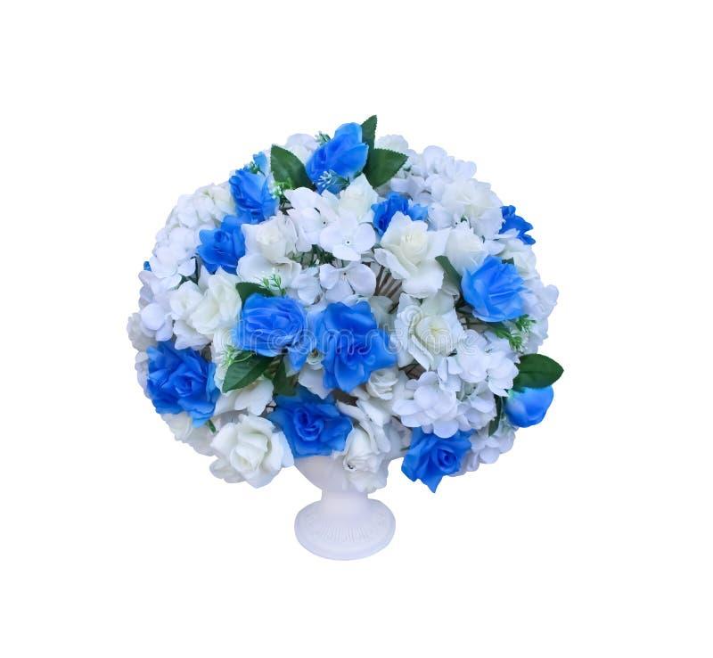 五颜六色的蓝色和白玫瑰开花在白色背景隔绝的大白色罐的花束 库存照片
