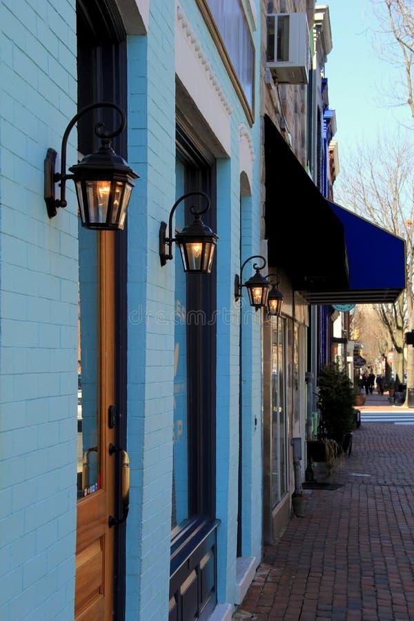 五颜六色的蓝色店面行在鹅卵石边路的 库存图片