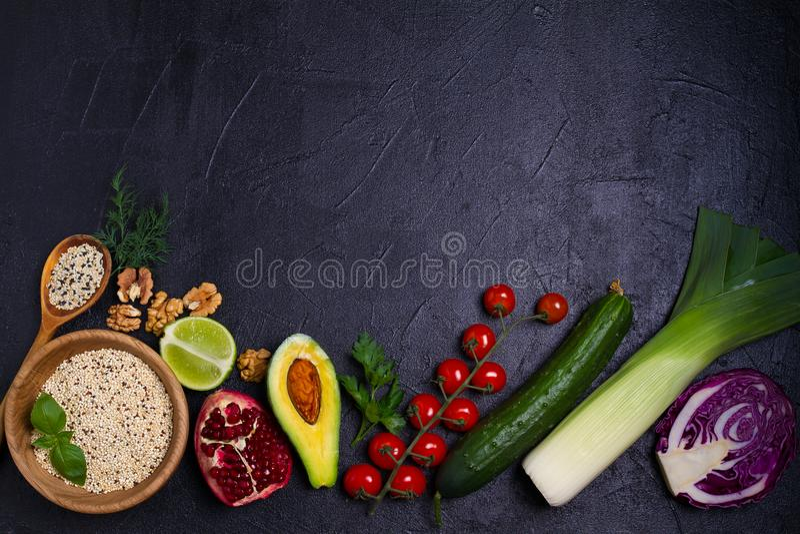 五颜六色的蔬菜、水果和莓果-健康食物,饮食,戒毒所,干净吃或者素食概念 背景许多饺子的食物非常肉 免版税库存图片