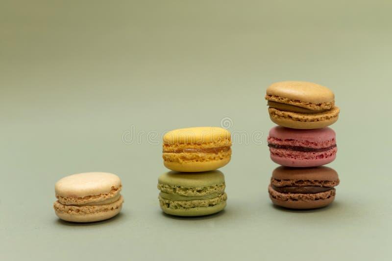 五颜六色的蛋白杏仁饼干正面图在大理石背景的 免版税库存图片