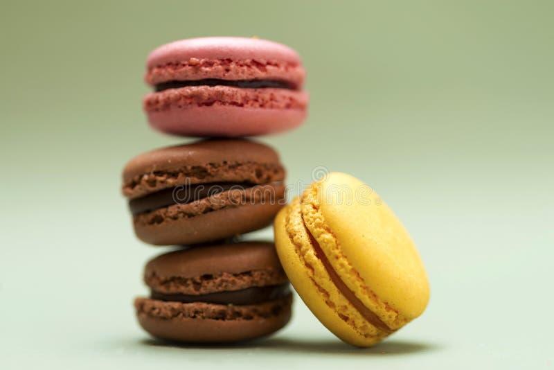 五颜六色的蛋白杏仁饼干正面图在大理石背景的 免版税库存照片