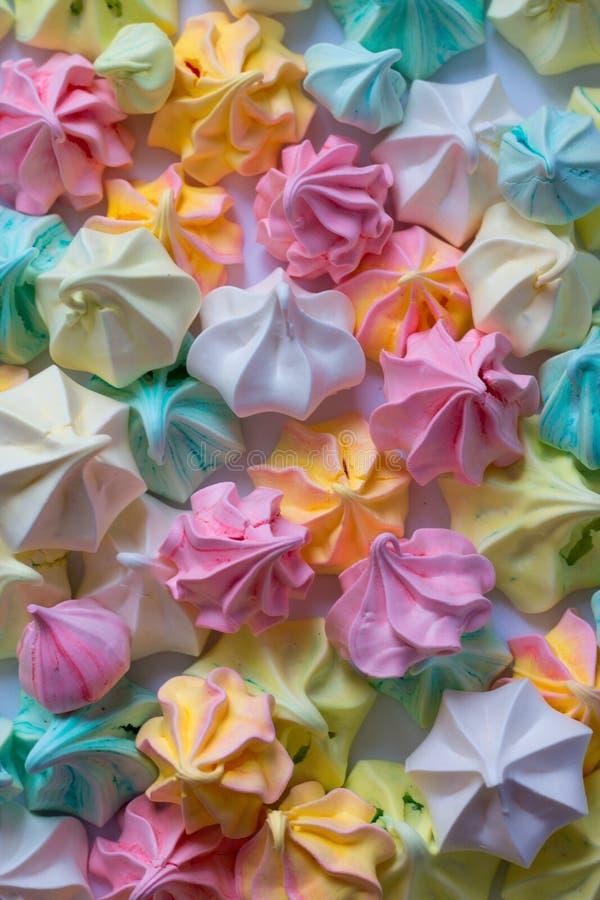 五颜六色的蛋白甜饼许多色的蛋白甜饼另外甜点 免版税库存照片