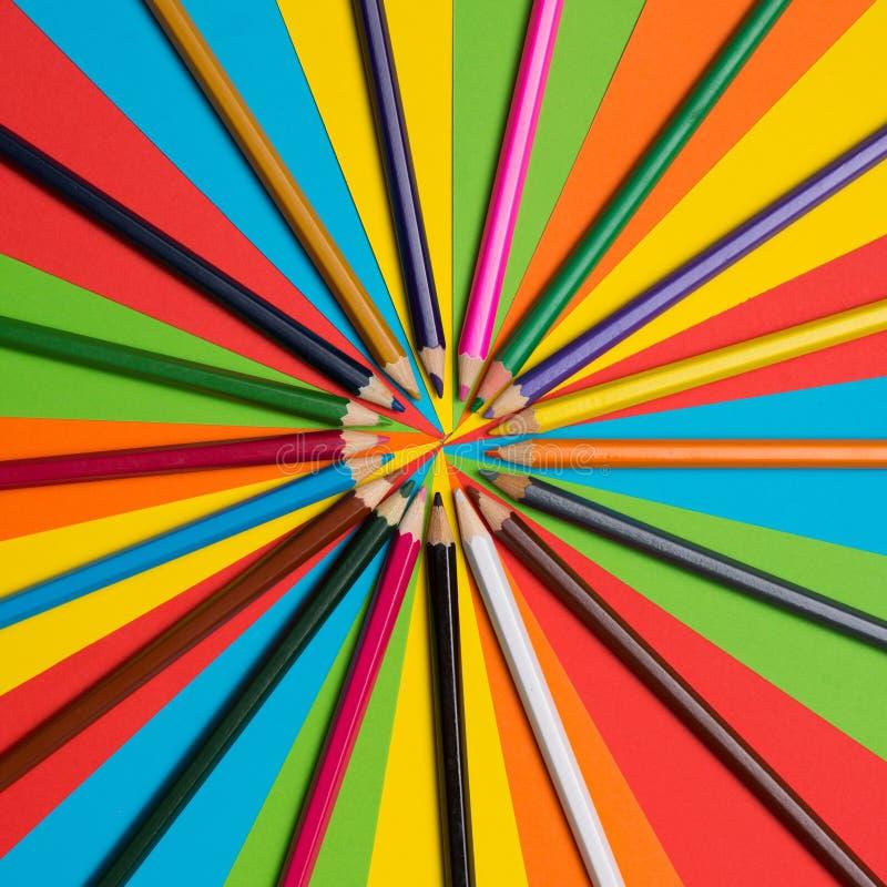 五颜六色的蜡笔 上色不同许多铅笔 免版税库存图片