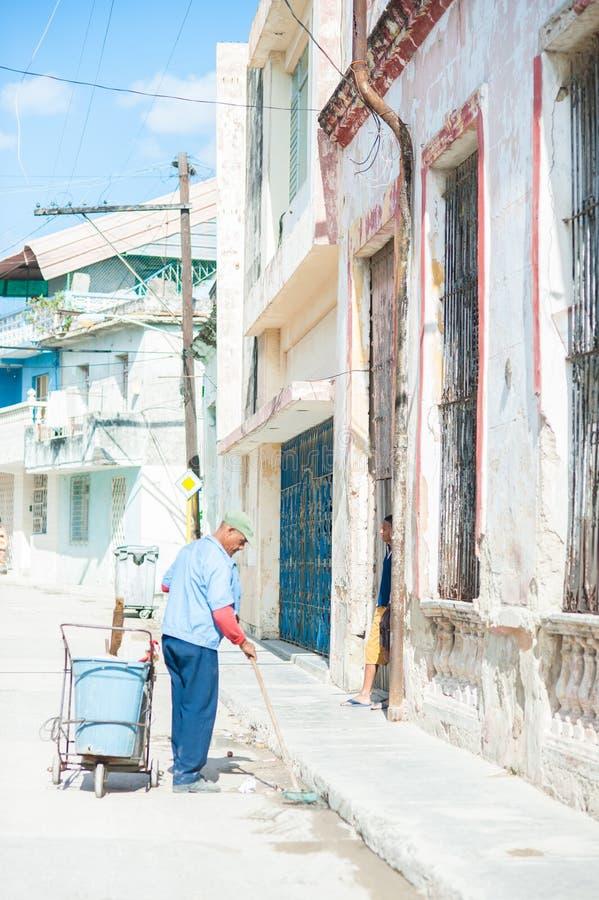 五颜六色的街道在古巴 免版税库存照片