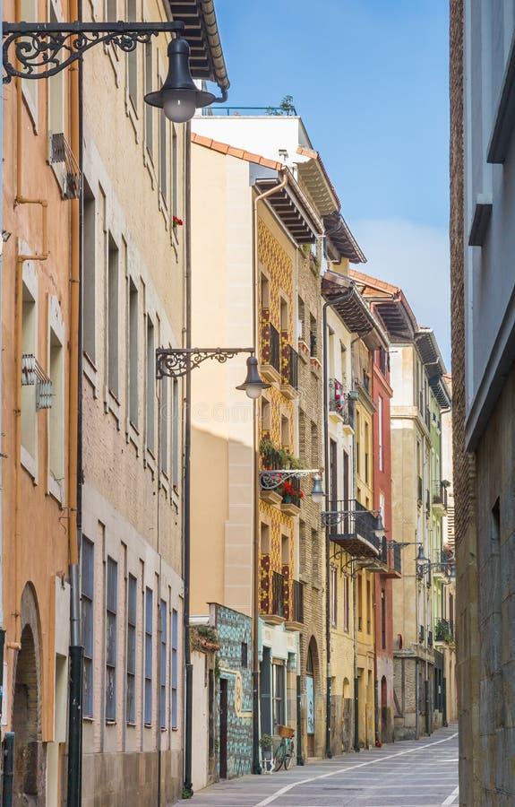 五颜六色的街道在潘普洛纳的历史中心 免版税库存照片
