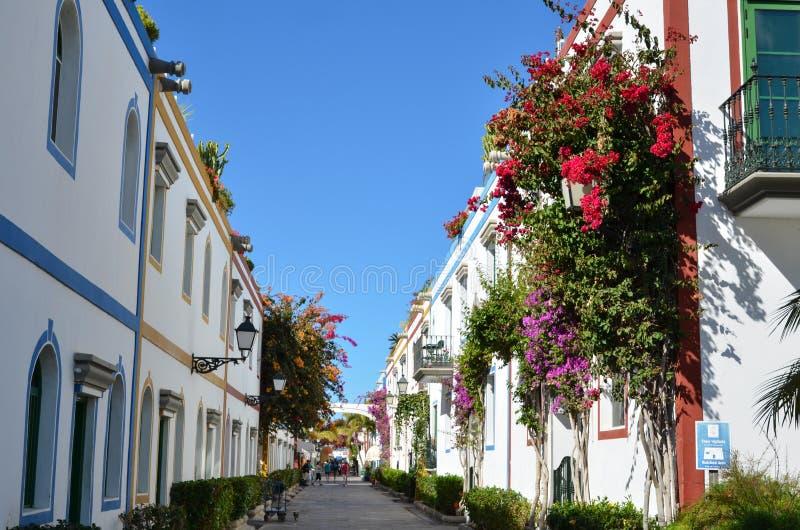 五颜六色的街道视图在镇Puerto de Mogan,大加那利岛, 库存照片