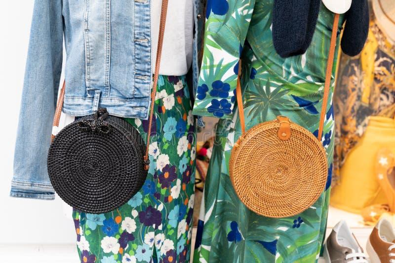 五颜六色的衣裳和袋子在机架在时尚精品店 库存照片