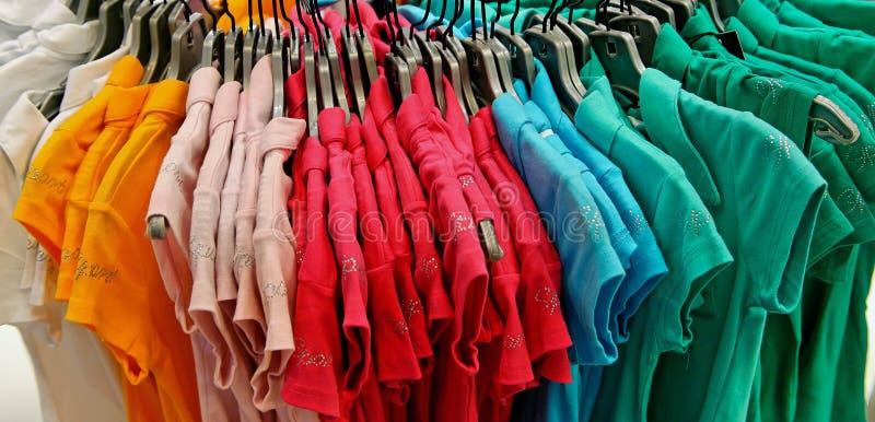 五颜六色的衬衣t 图库摄影