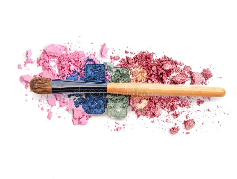 五颜六色的被击碎的眼影调色板和脸红组成 免版税库存照片