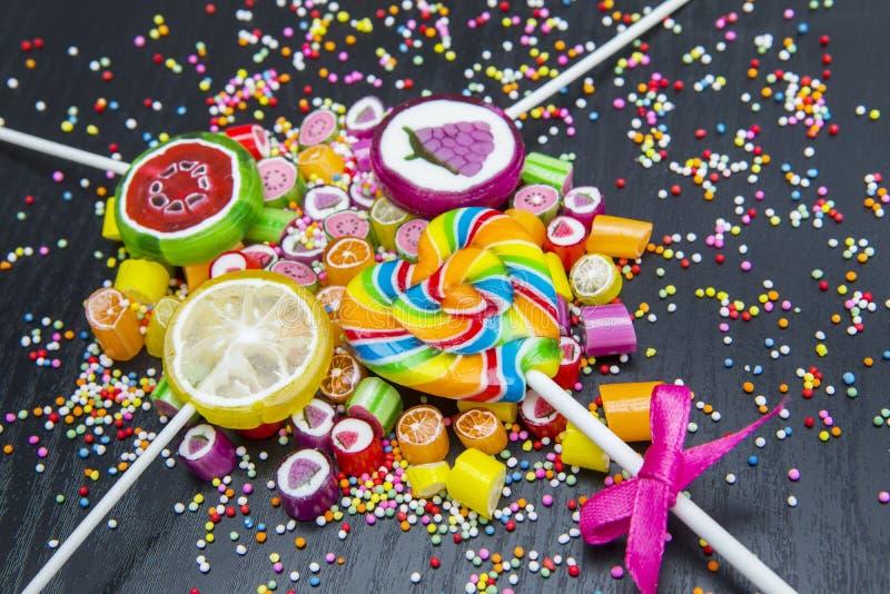 五颜六色的被分类的糖果和棒棒糖 库存图片