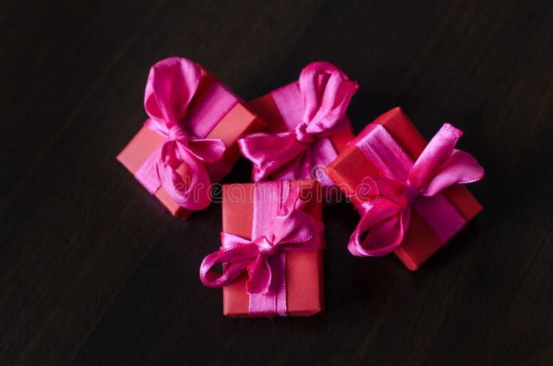 五颜六色的被包裹的礼物盒 图库摄影