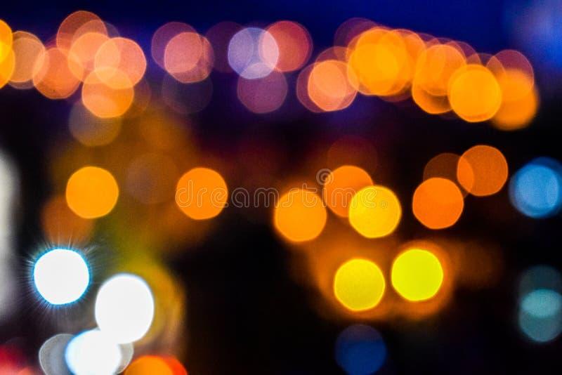 五颜六色的被弄脏的defocused bokeh光的图象 行动和夜生活概念 典雅,背景 免版税库存图片