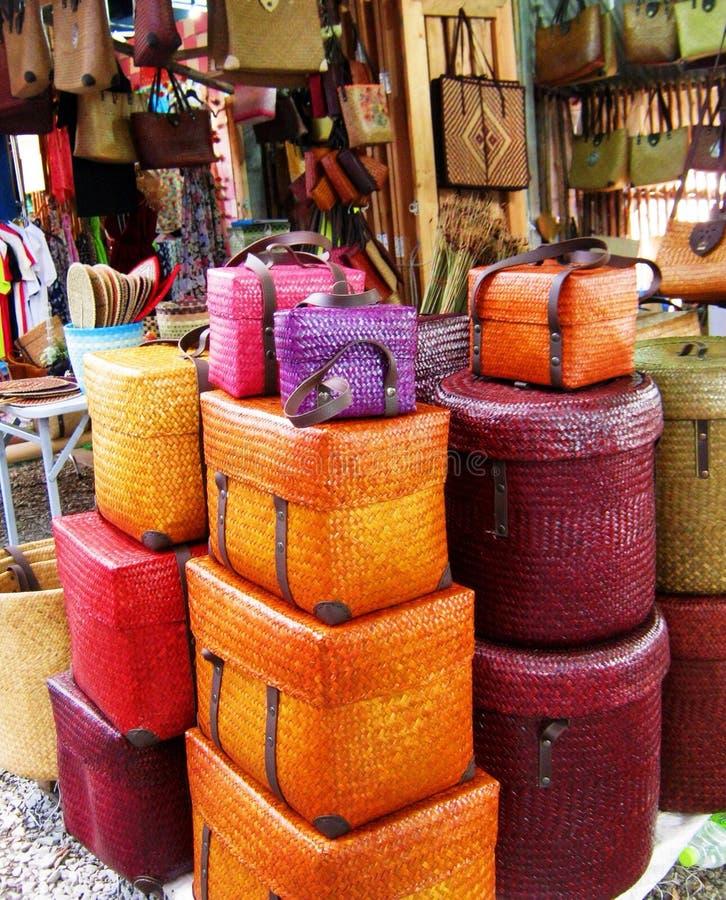 五颜六色的被编织的篮子和箱子 免版税图库摄影