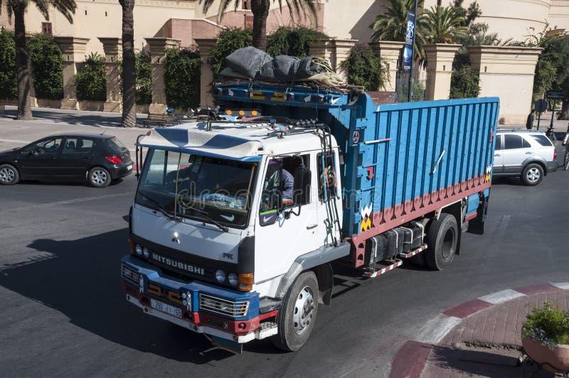 五颜六色的被绘的卡车在马拉喀什 库存照片