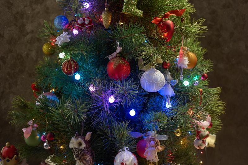 五颜六色的装饰品的关闭在圣诞树 免版税库存图片