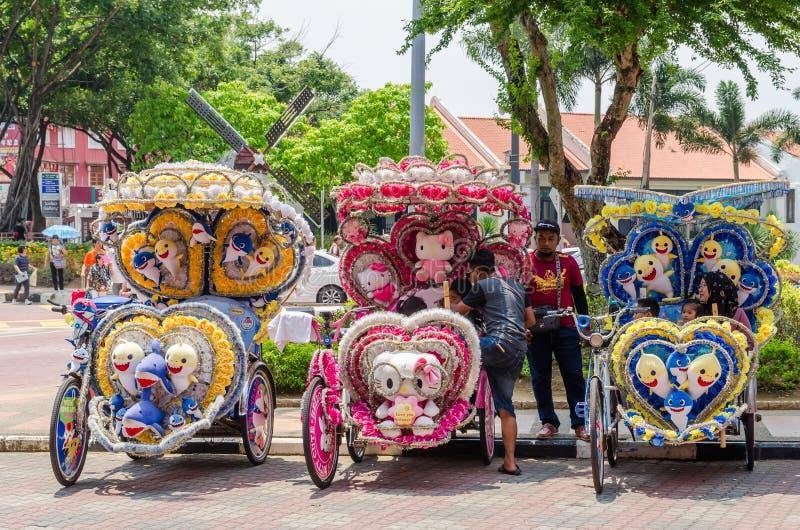 五颜六色的装饰的人力车在荷兰正方形马六甲等待的顾客停放 图库摄影