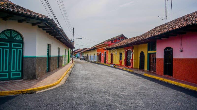 五颜六色的西班牙殖民地街道在格拉纳达 免版税图库摄影