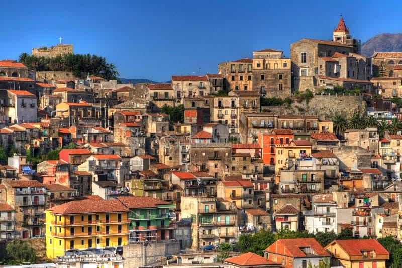 五颜六色的西西里岛城镇 库存图片